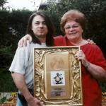 Martin Motýl 1995 - s babičkou a Zlatou deskou za Hrobaře