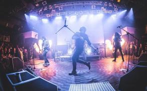 Limetal ukazuje v klipu ohně, cellistky i dudáka a láká na turné