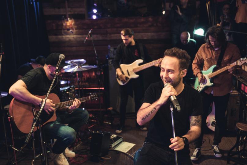Support Lesbiens pokřtili novinkové album Glow v komorním prostředí klubu Doupě.