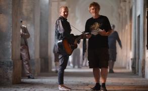 Výpravný klip Tomáše Kluse knovému singlu Chátrám ukazuje život vDomě, kde spolu sousedé zapomněli mluvit